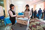 Бишкекчанка во время голосования на избирательном участке Бишкека на выборах президента Кыргызтана