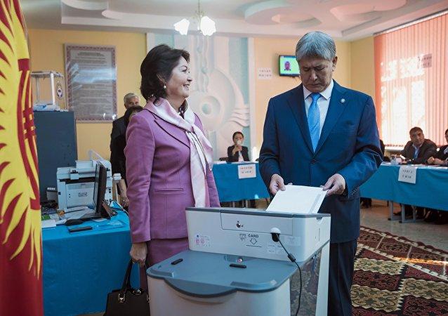 Президент Кыргызстана Алмазбек Атамбаев и Раиса Атамбаев во время голосования на избирательном участке Бишкека