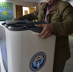 Члены местной избирательной комиссии готовят избирательный участок в преддверии выборов в Кыргызстане. Архивное фото