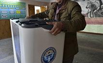 Члены местной избирательной комиссии готовят избирательный участок в преддверии выборов. Архивное фото