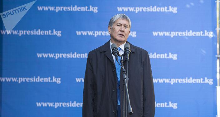 Президент Кыргызстана Алмазбек Атамбаев после голосования на избирательном участке Бишкека во время встречи с журналистами