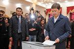 Премьер-министр Сапар Исаков президенттик шайлоодо добуш берди