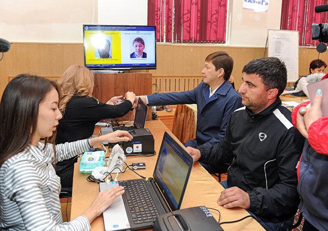 Премьер-министр Сапар Исаков во время голосования на выборах Президента Кыргызской Республики