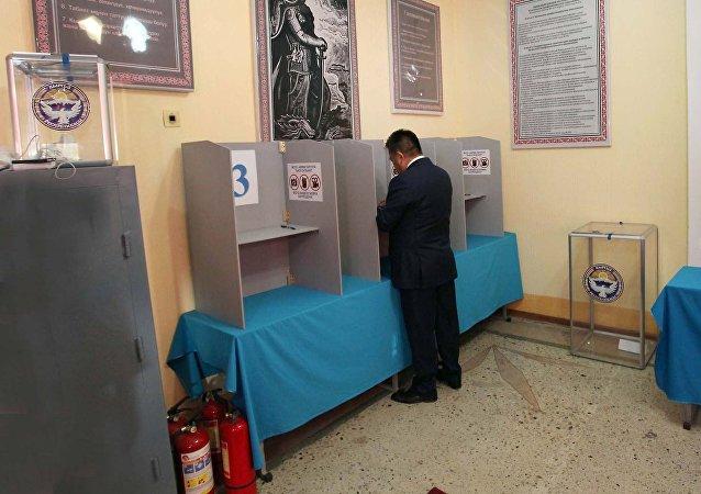 Торага Жогорку Кенеша КР Чыныбай Турсунбеков на городском избирательном участке №1209 в профессиональном лицее №5 проголосовал на выборах Президента Кыргызской Республики. 15 октября