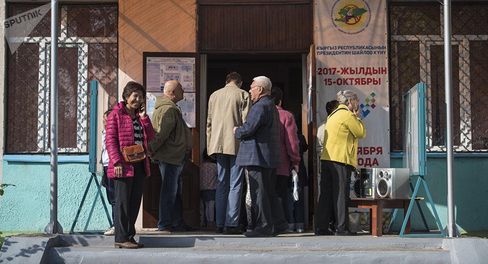Бишкекчанка во время голосования на избирательном участке Бишкека на выборах президента Кыргызтана. Архивное фото