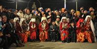 Переселенные памирские кыргызы на церемонии приветствия в городе Нарын