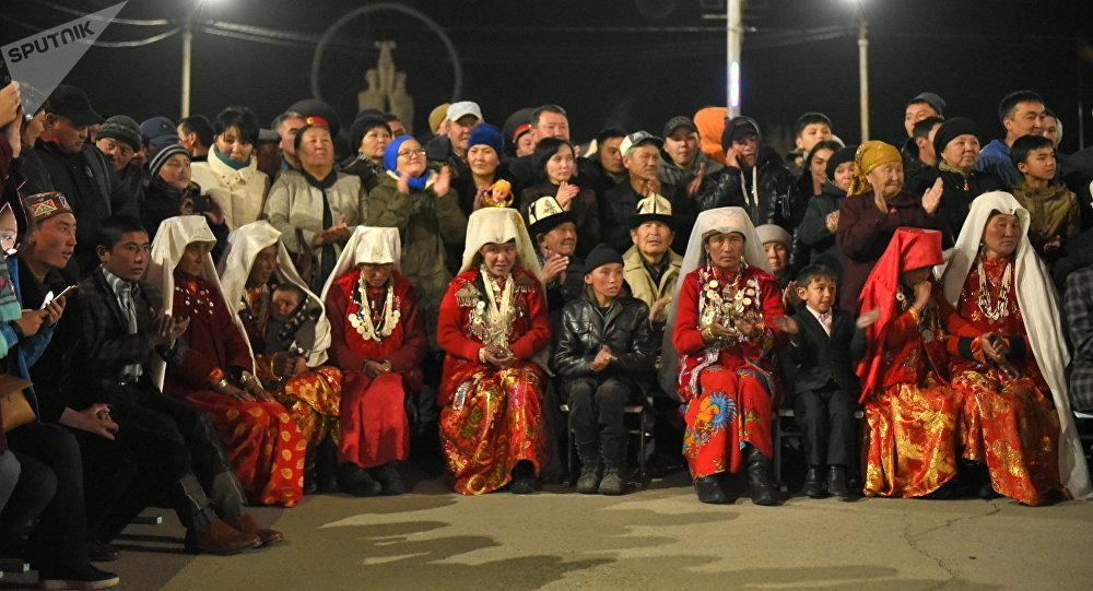 Кыргызстанга көчүрүлүп келе жаткан Памир кыргыздары бүгүн кечинде Нарын шаарына келишти