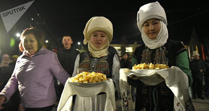 Кандаштарыбызды Нарындын мэри Аманбай Кайыпов баш болгон 300гө чукул адам тосуп алды