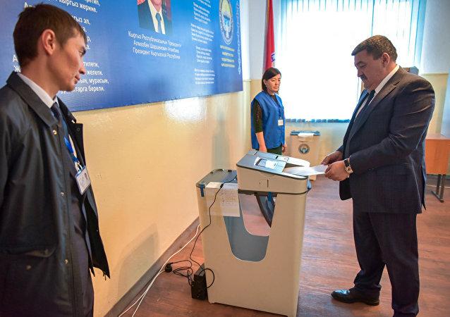 Мэр города Бишкек Албек Ибраимов проголосовал на избирательном участке № 7196 в Бишкеке