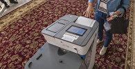 Бишкекчанка во время голосования на выборах президента Кыргызтана