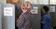 Люди во время голосования на избирательном участке Оша. Архивное фото