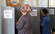 Избиратели в кабинке голосования. Архивное фото