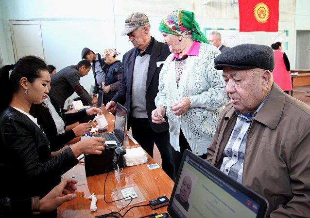 Люди во время голосования на избирательном участке Оша на выборах президента Кыргызстана