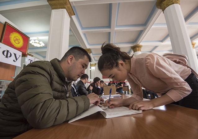 Бишкекчане во время голосования на избирательном участке №1060 Бишкека в ходе выборов президента Кыргызстана