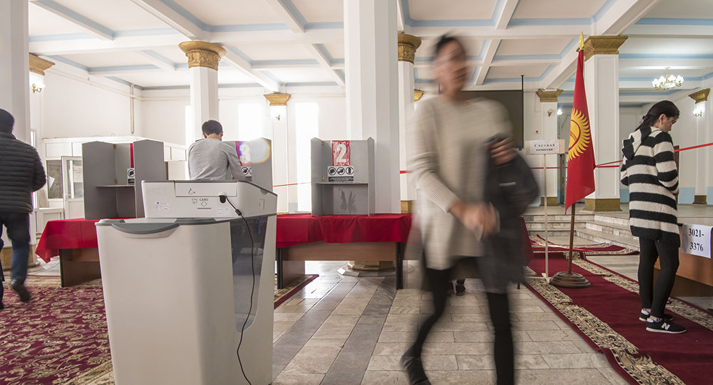 Бишкекчане во время голосования на избирательном участке №1060 Бишкека в ходе выборов президента Кыргызстана. Архивное фото