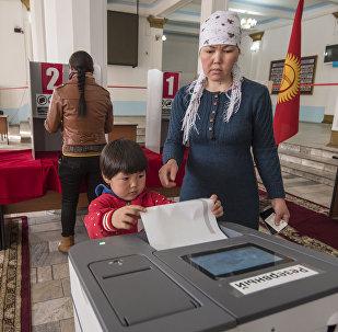 Бишкекчане во время голосования на избирательном участке. Архивное фото