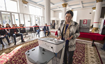 Женщина во время голосования на избирательном участке. Архивное фото