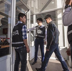 Дружинники на избирательном участке в Бишкеке. Архивное фото