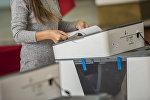 Девушка голосует на избирательном участке №1060 Бишкека в ходе выборов президента Кыргызстана