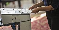 Избиратель во время голосования. Архивное фото