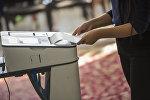 Избиратель во время голосования на участке во время выборов. Архивное фото