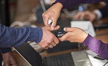 Мужчина проходит процедуру биометрической идентификации. Архивное фото