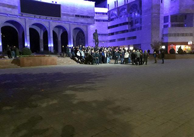 Дружинники на площади Ала-Тоо в Бишкеке