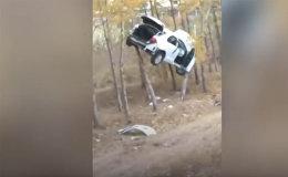 В Китае в результате ДТП автомобиль припарковался на дереве — видео