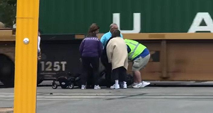 Колясочника за секунду до столкновения вытащили из-под поезда — видео