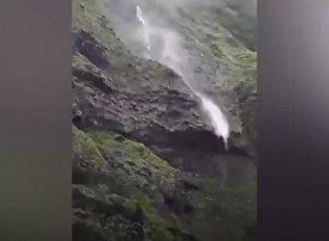 Водопад пошел вверх — видео необычного явления