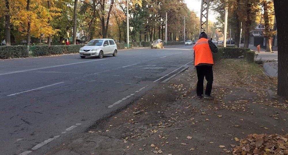 Сотрудники МП Тазалык во время уборки территории в Бишкеке. Архивное фото