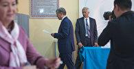 Экс-президент Кыргызстана Алмазбек Атамбаев на избирательном участке во время выборов президента Кыргызстана. Архивное фото