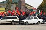 Люди с флагами в Таласе после выборов президента КР. Архивное фото