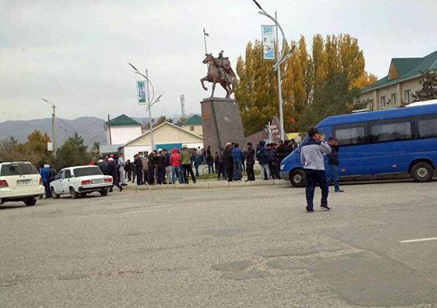 Люди на площади Таласа после выборов президента КР