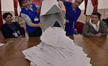 Члены местной избирательной комиссии подсчитывают бюллетени на избирательном участке в Бишкеке. Архивное фото