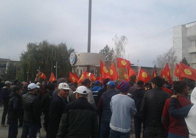Скопление людей на площади Таласа после выборов президента КР