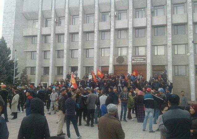 Скопление людей у здании областной администрации Таласа после выборов президента КР