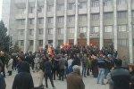 Скопление людей у здания областной администрации Таласа после выборов президента КР