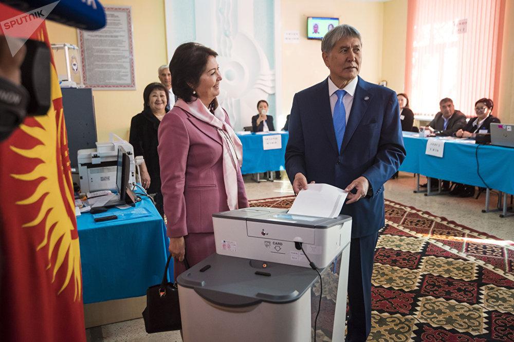 Действующий президент Кыргызстана Алмазбек Атамбаев на выборах с супругой