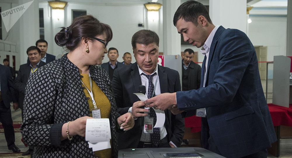 Наблюдатели во время на избирательном участке. Архивное фото