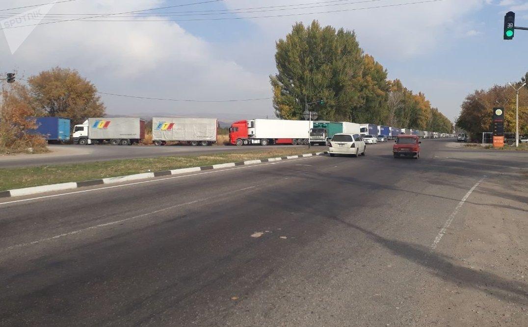 Скопление большегрузных фур по дороге на кыргызско-казахскую границу