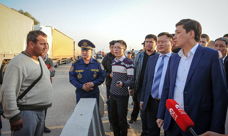 Премьер-министр Кыргызской Республики Сапар Исаков сегодня посетил контрольно-пропускные пункты Ак-Тилек автодорожный и Акжол автодорожный на кыргызско-казахской государственной границе
