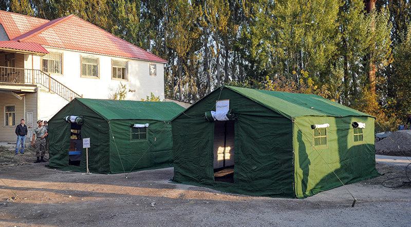 Палатки на контрольно-пропускной пункт Акжол автодорожный на границе Кыргызстана и Казахстана