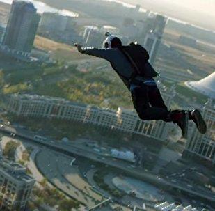 Люди начали падать с крыш небоскребов — головокружительное видео из РК
