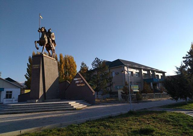 Монумент Манасу на центральной площади в Таласе