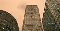 Небо над финансовым центром Лондона Canary Wharf, Британии. Архивное фото