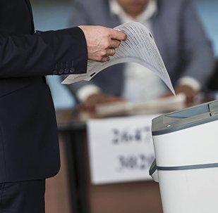 Голосование на избирательном участке в Бишкеке в ходе выборов президента Кыргызстане. Архивное фото