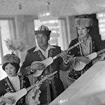 Комузда кол ойнотуп кыргыздын музыкасын дүйнөгө тааныткан чыгармачыл инсандардын сүрөтү 1984-жылы Фрунзе шаарында репетиция учурунда тартылып алынган. Анда Чалагыз Исабаев — 47, Самара Токтакунова — 39, Айша Базарбаева 34 жашта эле.