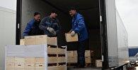 Рабочие грузят товар в фуру. Архивное фото