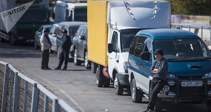 Очередь автомобилей на КПП Ак-Тилек. Архивное фото